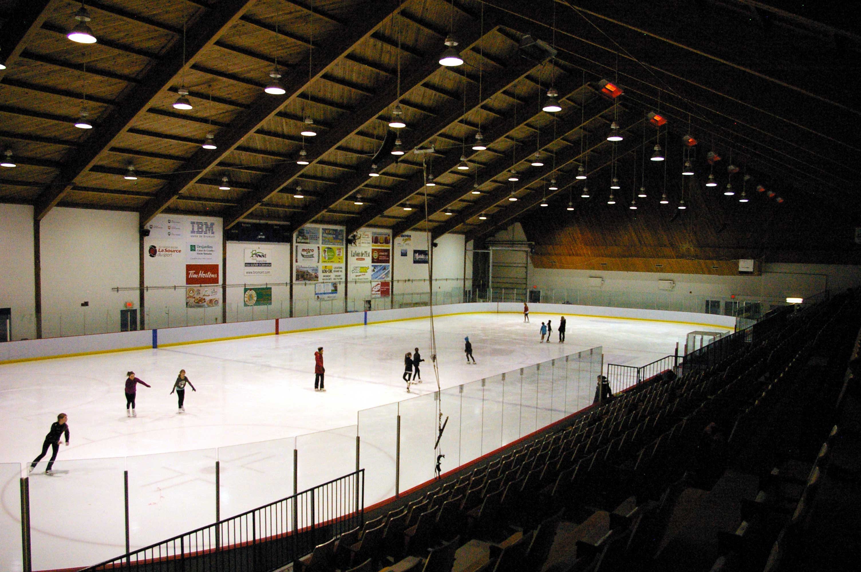 Patinage et hockey libre ar na ville de bromont for Patinoire exterieur