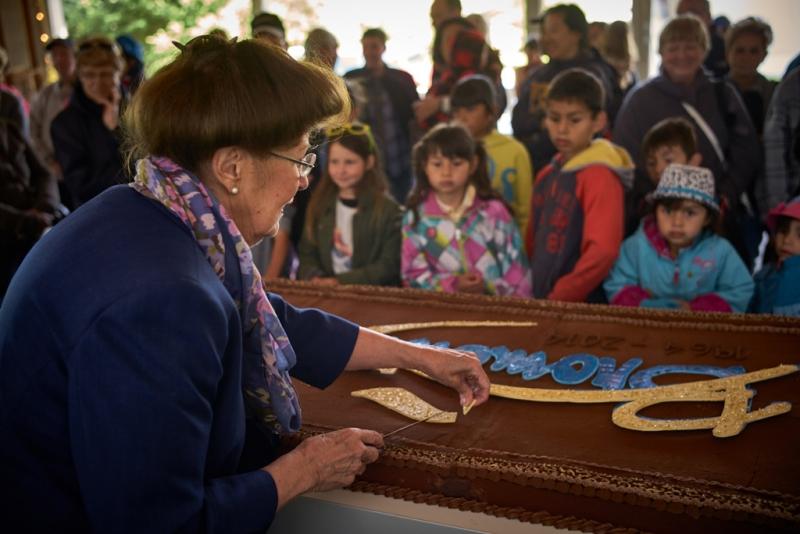 La Fête au Vieux-Village – Dégustation du gâteau du 50e anniversaire