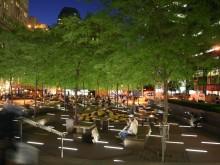 Place publique animée en soirée